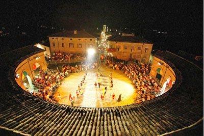Mondaino - Palio del Daino - la piazza notturna